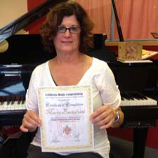 Maria Bartolotti receiving the certificate level 3